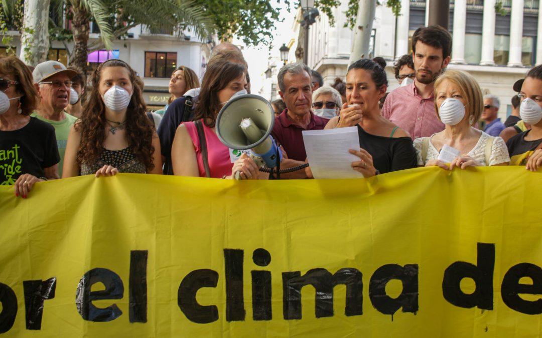 Estatuas que piden actuar contra el cambio climático en Sevilla