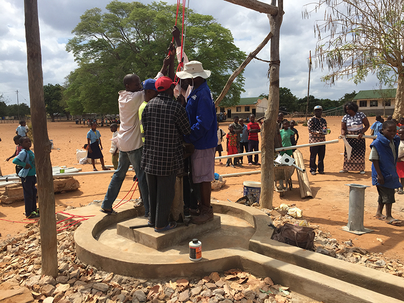 El nou pou porta l'aigua a l'escola de Manhiça a Funhalouro (Moçambic)
