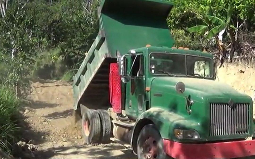 Vídeos de reparaciones de caminos realizados por Jacarafe en República Dominicana